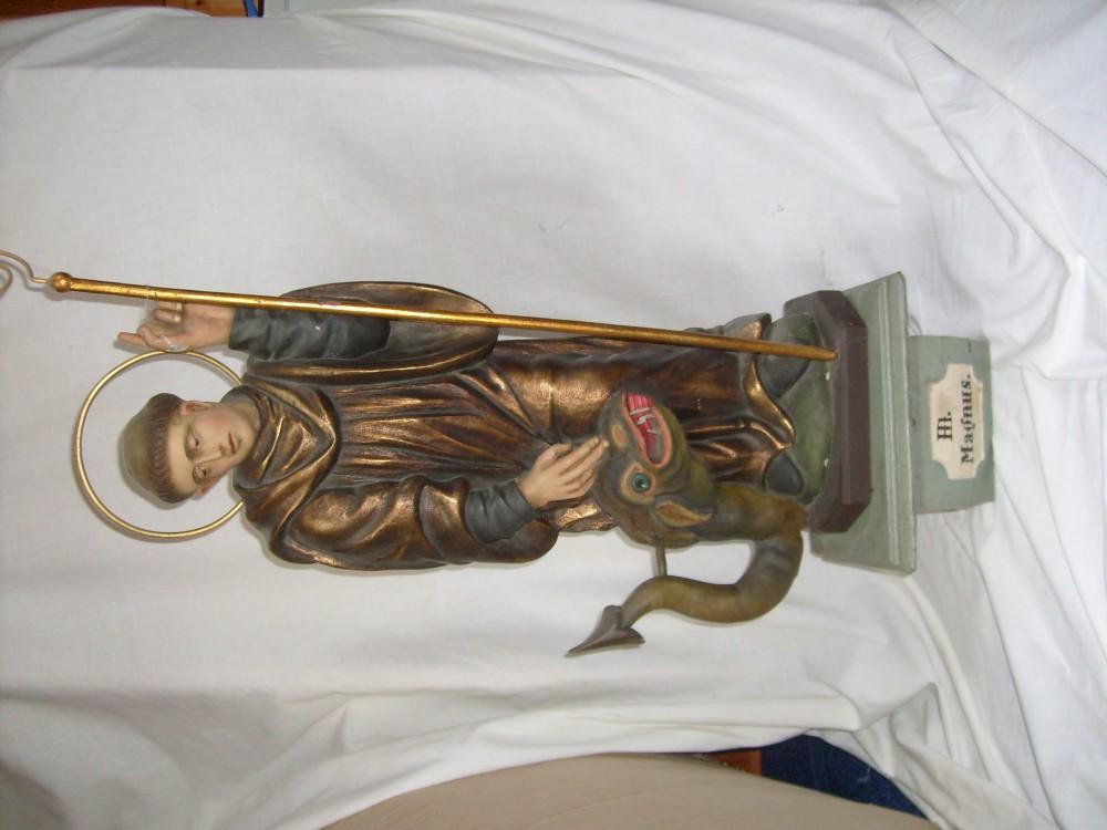 Holzfigur des Heiligen Magnus mit Sockel
