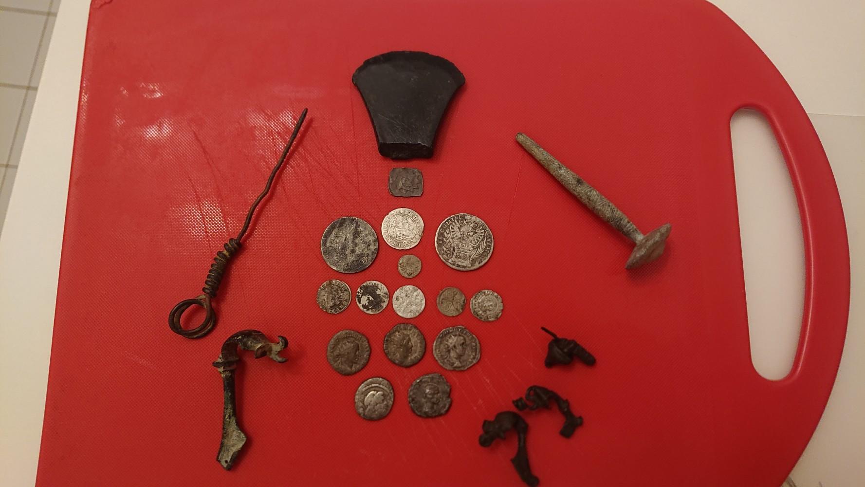 Verschiedene Römische Münzen, Fibeln und auch Mittelalter Münzen